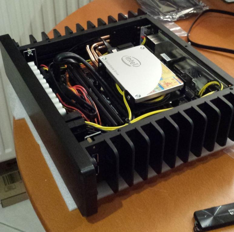 H1.S Fanless Computer case review from Hungary